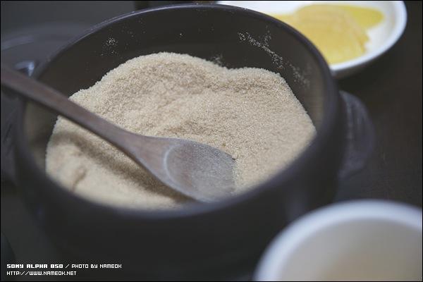 콩국 한 그릇에 설탕 두 큰술이 표준 레시피라고 주인 아주머니께서 말씀하셨...