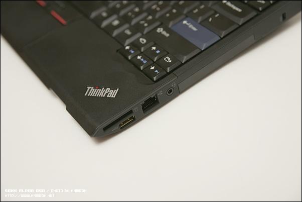 우측에 SD카드리더, 기가랜포트, 한 개의 USB, 헤드폰 포트