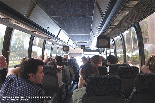 다섯대의 버스에 나눠 타고 견학 고고싱-