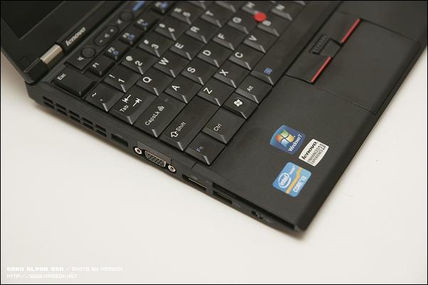 좌측에 D-SUB, DP 포트, USB 포트 두 개, 무선 ON/OFF