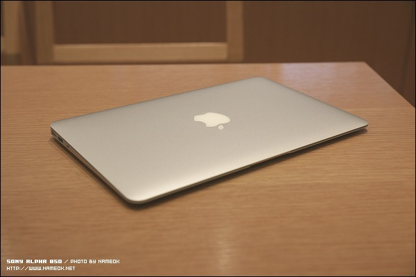 "2011 Macbook Air 11.6"" - i5 / 4GB / 128 GB SSD/ 1.08Kg"