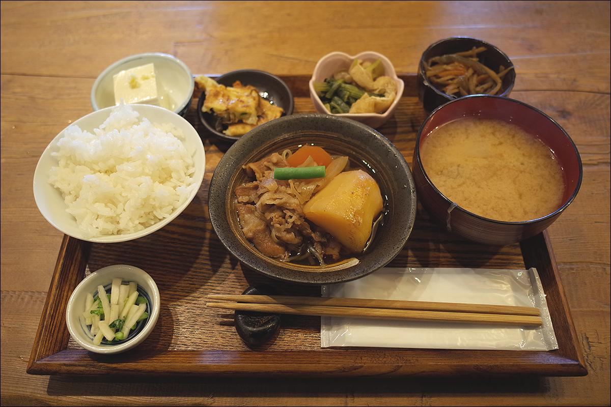 우라야 일일정식. 돼지고기 감자조림, 된장국, 생 두부, 조림요리 2종 그리고 한국식 전