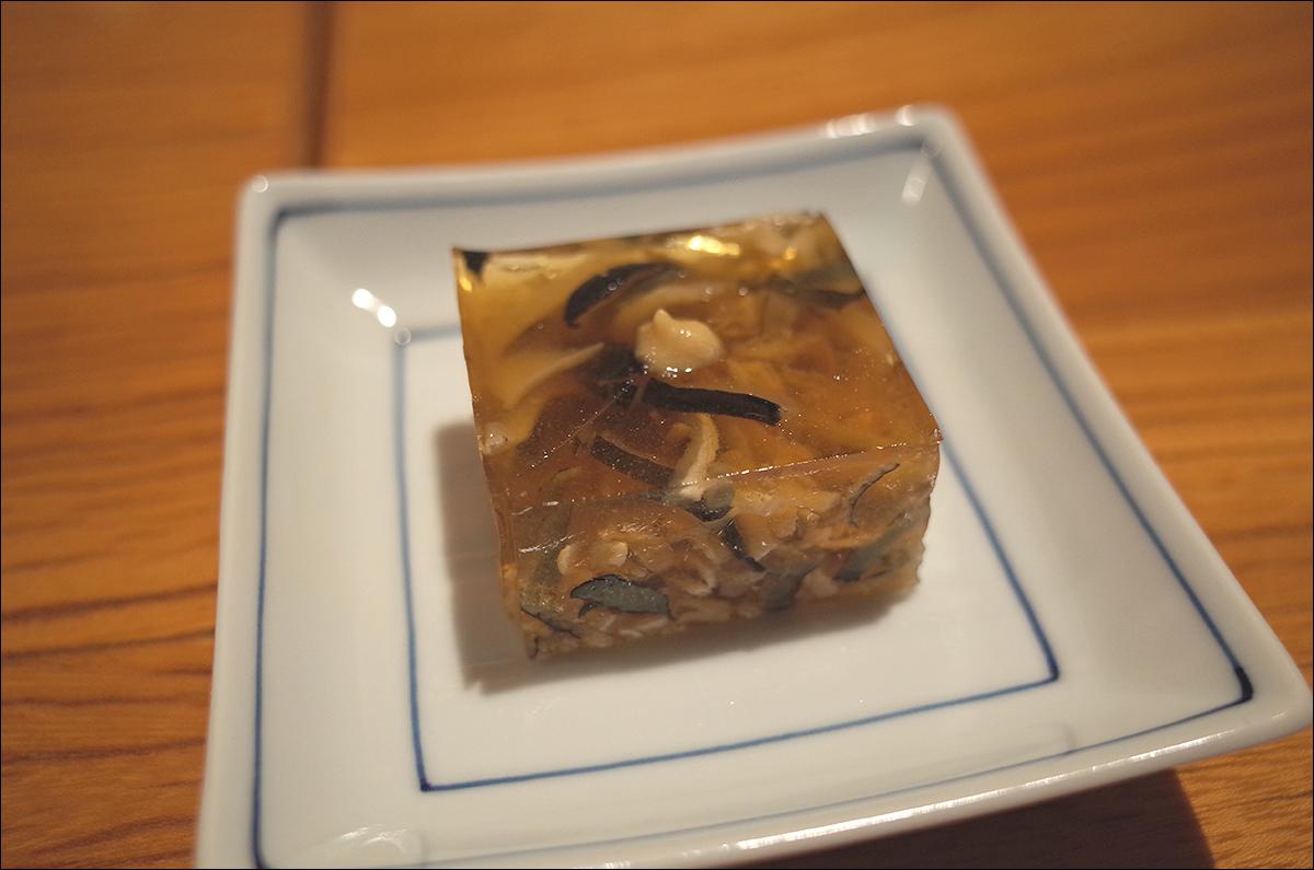 잘게 썬 복어껍질를 젤라틴으로 굳힌것